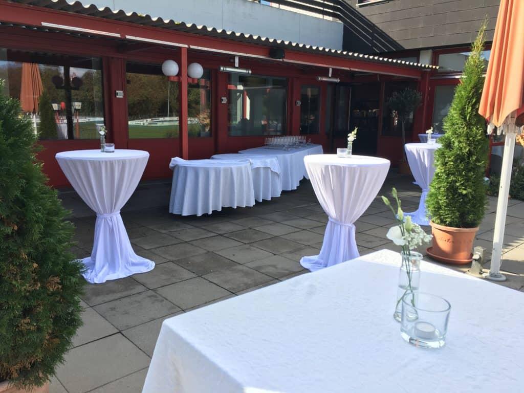 Weiße Hochzeit feiern auf Terrasse in Tübingen